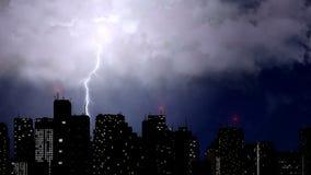 在摩天大楼上的雷击,剧烈的雷撞击,恶劣天气 免版税库存图片