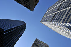 在摩天大楼之间的天空 免版税图库摄影