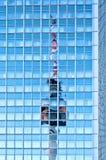 在摩天大楼反射的电视塔在柏林 免版税图库摄影