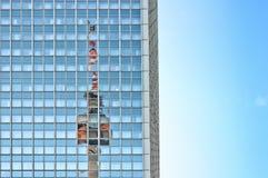 在摩天大楼反射的电视塔在柏林 库存图片