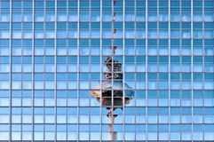 在摩天大楼反射的电视塔在柏林 免版税库存图片