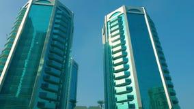 在摩天大楼玻璃窗的光束亮光  反射阳光在玻璃门面现代摩天大楼在现代沙扎 影视素材