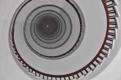 在摩天大楼的圆形楼梯 免版税库存照片