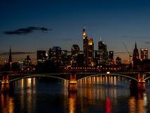 在摩天大楼的壮观的地平线视图在与光的晚上 免版税库存图片