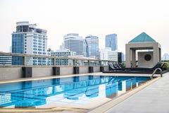 在摩天大楼的屋顶的豪华水池 免版税库存照片