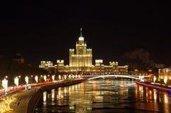 在摩天大楼的晚上视图Kotelnicheskaya堤防的,莫斯科,俄罗斯 免版税图库摄影