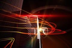 在摩天大楼的橙色光射线 免版税库存图片