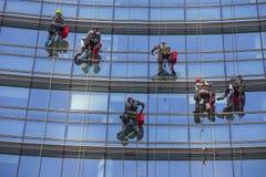 在摩天大楼的Windows擦净剂 免版税图库摄影