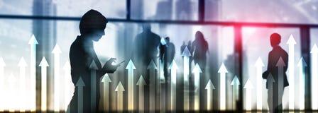 在摩天大楼背景的箭头图表 Invesment和财政成长概念 免版税库存图片