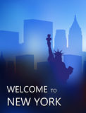 在摩天大楼背景的自由女神像  库存照片