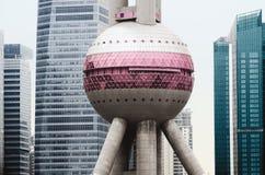 在摩天大楼背景,上海,中国的东方珍珠塔 免版税库存照片