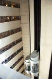 在摩天大楼里面的电梯 免版税库存照片