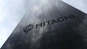 在摩天大楼门面反射的云彩的日立商标 社论3D翻译 免版税库存照片