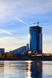 在摩天大楼附近的建筑用起重机 库存图片