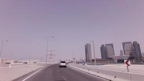在摩天大楼附近的汽车旅行阿布扎比股票英尺长度录影的 影视素材