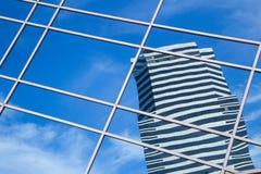 在摩天大楼玻璃墙的云彩反射  免版税库存图片