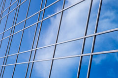 在摩天大楼玻璃墙的云彩反射  库存照片