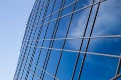 在摩天大楼玻璃墙的云彩反射  免版税图库摄影