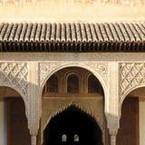 在摩尔人nasrid宫殿里面的结构 免版税库存照片