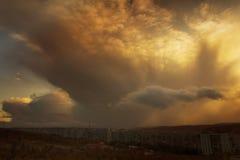 在摩尔曼斯克下的重的云彩 库存照片