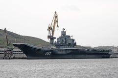 在摩尔曼斯克口岸的墙壁的重的航空器运载的巡洋舰`库兹涅佐夫海军上将` 库存照片