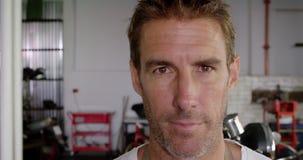 在摩托车修理车库4k的男性技工身分 股票视频
