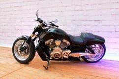 在摩托车展示指挥台的习惯自行车  库存图片