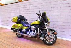 在摩托车展示指挥台的习惯自行车  免版税图库摄影