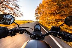 在摩托车把手的看法  库存图片