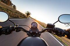 在摩托车把手的看法  库存照片