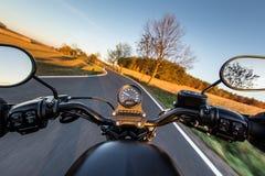 在摩托车把手的看法  图库摄影