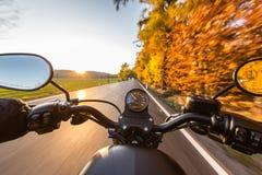 在摩托车把手的看法  免版税图库摄影