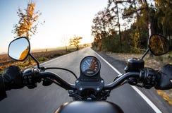 在摩托车把手的看法  免版税库存图片