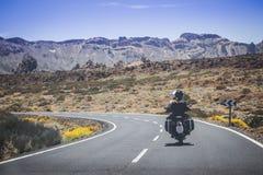 在摩托车旅行的夫妇 库存照片
