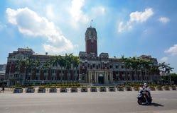 在摩托车的一对夫妇在总统办公室前面虚度光阴在台北,政府做生意 免版税库存图片
