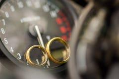 在摩托车的两只金戒指 库存照片