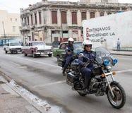 在摩托车的古巴警察-哈瓦那,古巴 库存照片