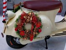 在摩托车的圣诞节花圈 免版税图库摄影