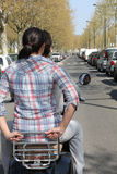 在摩托车的夫妇没有盔甲 库存图片
