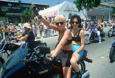 在摩托车的女同性恋的夫妇 免版税库存照片