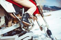 在摩托车的底部的脚 免版税库存图片