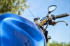 在摩托车的把手的特写镜头 免版税库存照片
