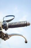 在摩托车的把手的特写镜头 库存图片
