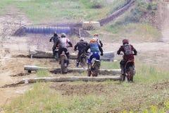 在摩托车的极端体育 在摩托车的一个车手乘坐沙子 库存图片