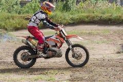 在摩托车的极端体育 在摩托车的一个车手乘坐沙子 免版税图库摄影