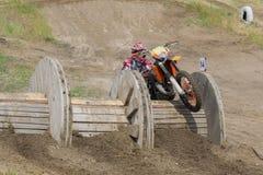 在摩托车的极端体育 在摩托车的一个车手乘坐沙子 库存照片