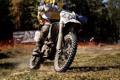 在摩托车的男性车手 图库摄影