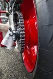 在摩托车的红色轮子有链子的 免版税库存照片