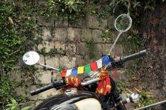 在摩托车的西藏佛教祷告旗子 免版税库存图片