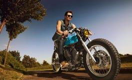 在摩托车的骑自行车的人位子 免版税库存图片